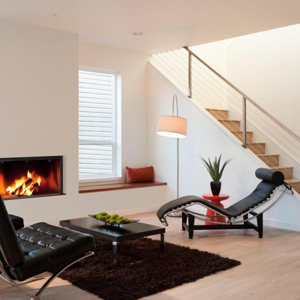 Foyer à bois moderne  Stella III H1000 en ambiance d'intérieur