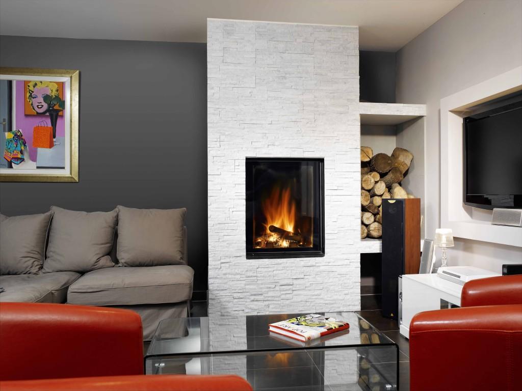 cheminée contemporaine Wodtke Ulys 800V avec chenets vue d'ambiance