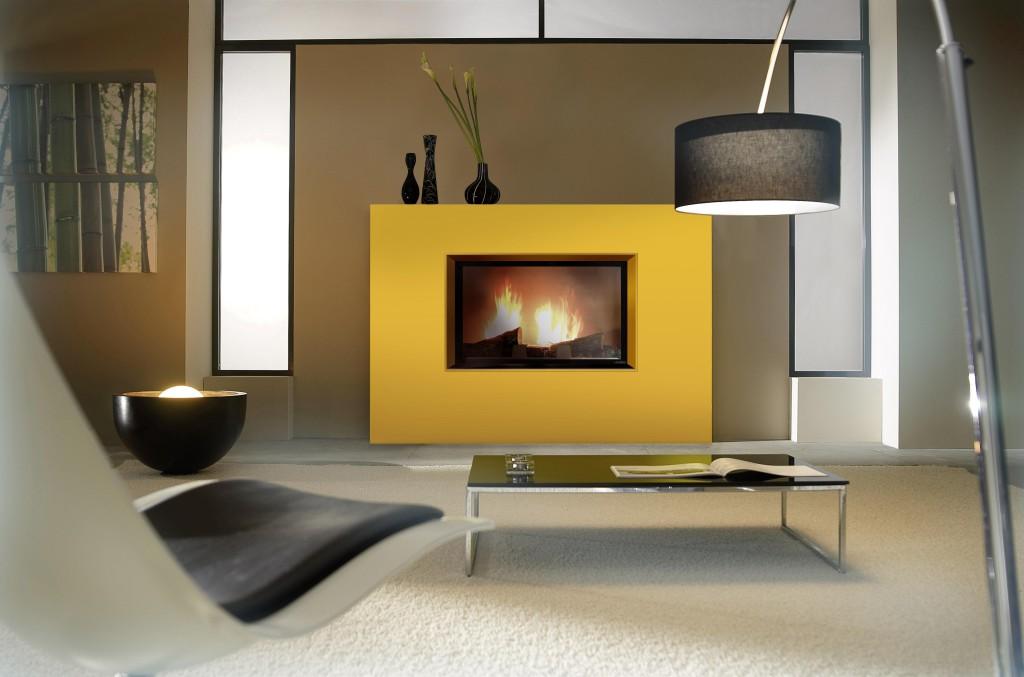 habillage contemporain cheminée à bois Wodtke Ulys 900H épure jaune vue d'ambiance